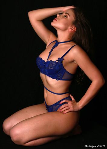 Julia Romanova en bleu