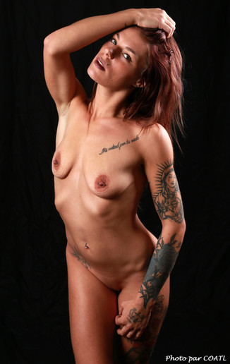Cynthia habillée de tatouages