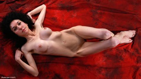 Azylise nue sur rouge