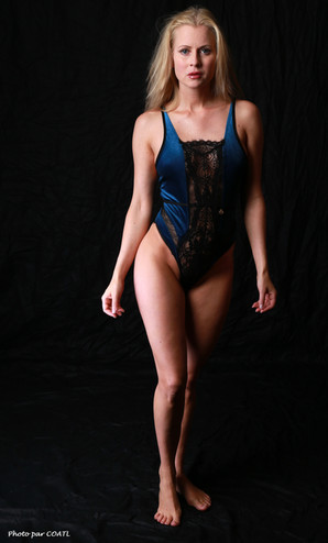 Anna Johansson en bleu et noir