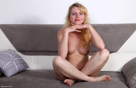 Jennifer Schmidt sur canapé