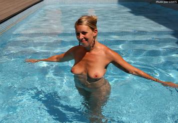 Louise prend un bain en piscine