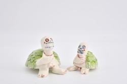 Schildkrötenmächen und Schildkrötenbub haben sich verschluckt, Porzellan, 11cm x 8cm, 7cm