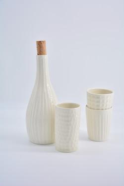 Flasche und Becher aus Porzellan