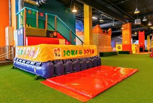 Эта огромная игровая площадка для детей находится в 2-х остановках на трамвае от Апартаментов ElaginIsland.com   в Торговом центре Питер Лэнд.
