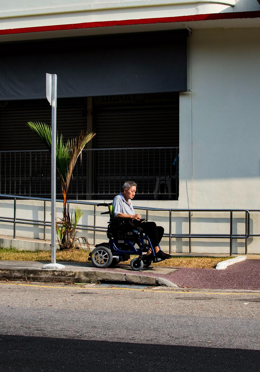 阿勇接受了以轮椅代步,开始活跃于社区。(Photo by Gervyn Louis on Unsplash)
