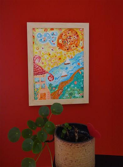 """Gemälde mit dem Titel """"Blume"""", in einem Wohnzimmer an der Wand, zu sehen sind Wasser, Wiese, Himmel und Sonne"""