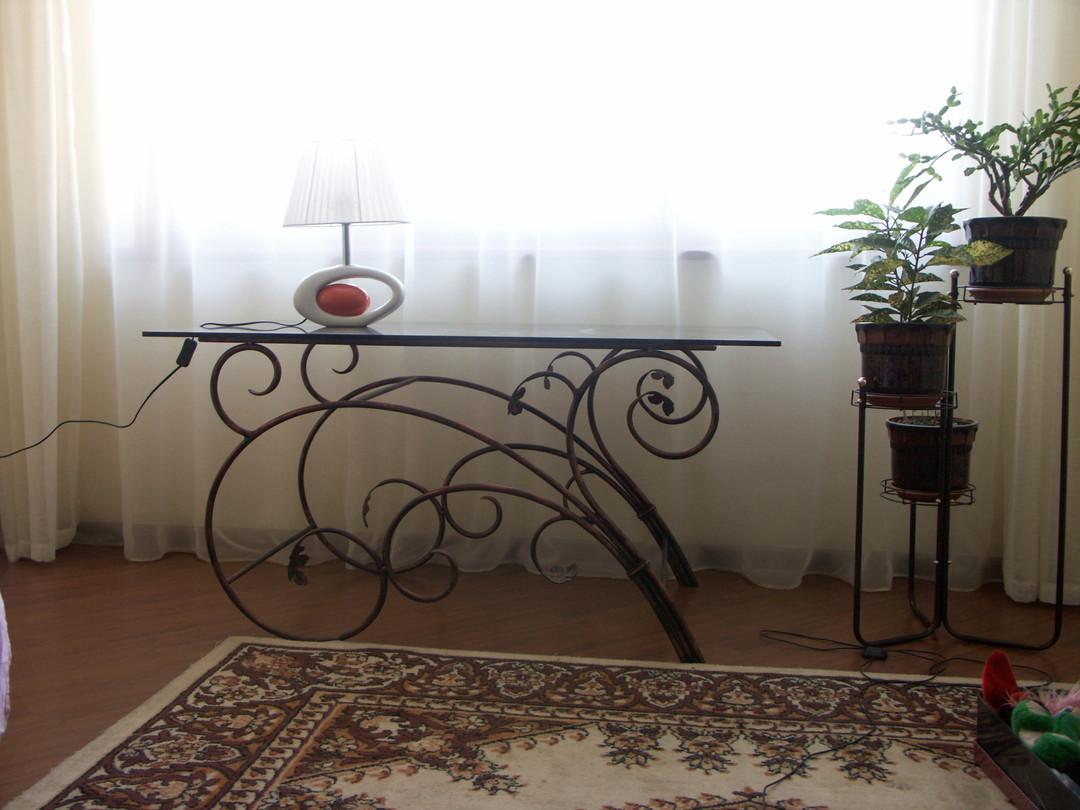 Кованый столик для гостинной