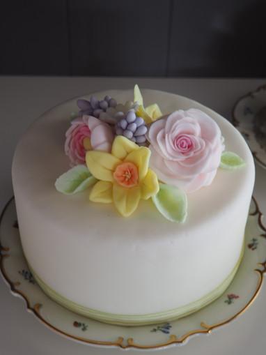 Fondanttorte mit sommerlichem Blumenbouquet