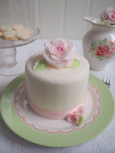 Kleine Hochzeitstorte mit Rose