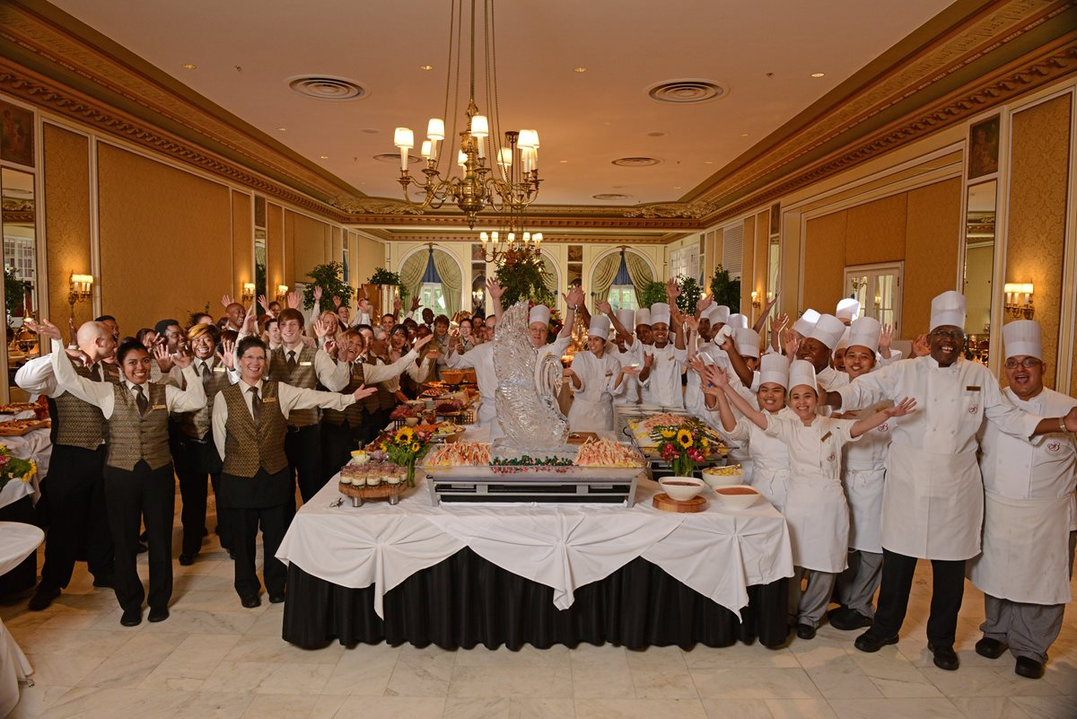 F-B_LakeTerraceDiningRoom_Brunch_Staff_2