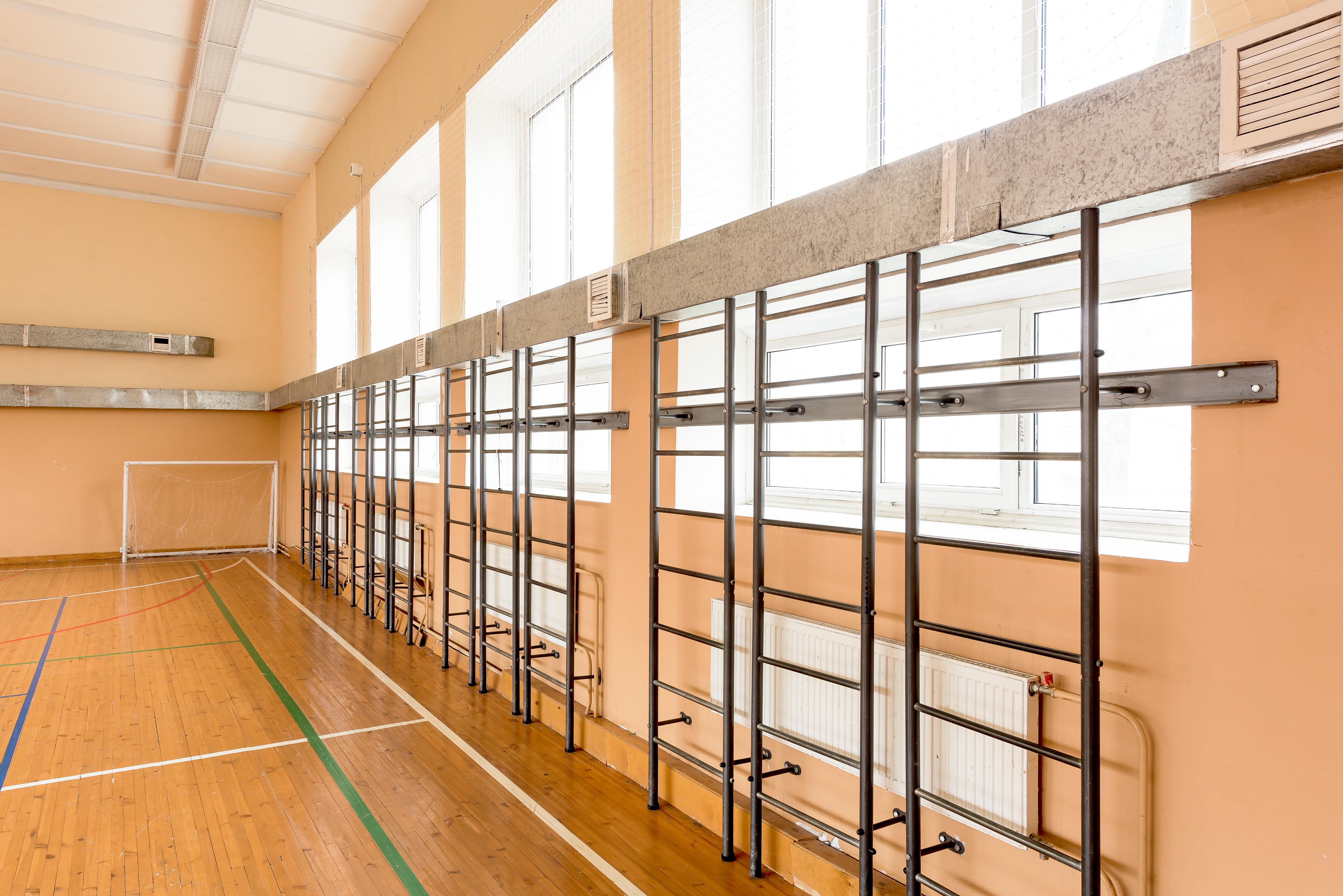 Огромный светлый спортивный зал