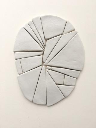 Dit is een samenstelling van gedroogde blokjes aardewerkklei (ongebakken), die gelegd zijn als een puzzel. Ik heb een paar honderd van dit soort blokjes in mijn atelier liggen. Ik gebruik ze om allerlei vormen te leggen, maar ik schrijf en teken ook met die blokjes, zoals op de kaarsenhouder op de vorige foto. Ik gebruik ze ook als krijtjes voor de schoolborden in mijn atelier. Hier maak ik schetsen en aantekeningen op.