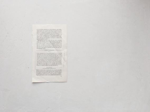 (mobiele versie: swipe naar links om de gallerij te bekijken)  Deze tekst van Marcus Aurelius hangt normaal gesproken ingelijst in mijn atelier, maar voor deze expositie heb ik hem zonder lijst gefotografeerd. Ik heb de tekst ooit van mijn moeder gekregen, zij heeft de tekst ook omcirkeld. De tekst is belangrijk voor mij, omdat deze het hoofdthema van mijn werk verwoordt; de cyclus van ontstaan en vergaan. Als je de tekst leest, blijkt dat het juist bijzonder is dat ik deze van mijn moeder gekregen heb. De tekst luidt:  'Ik ben samengesteld uit iets van de oorzaak en uit iets van de materie [19]: maar geen van beide zullen in het niets verdwijnen, zoals zij ook niet uit het niets ontstaan zijn. Ieder deel van mij zal stellig, door een proces van verandering, opnieuw geordend worden tot een onderdeel van de kosmos, en dat deel zal opnieuw veranderen in een ander gedeelte van de kosmos en zo tot in het oneindige voort. Krachtens dit proces van verandering kwam ik ook zelf in het bestaan en ook zij die me hebben voortgebracht, en zo terug tot in het oneindige naar de andere kant. Want er is niets tegen om zo te spreken, zelfs niet als de kosmos in volmaakt afgepaste perioden geordend is.'  Marcus Aurelius V.13