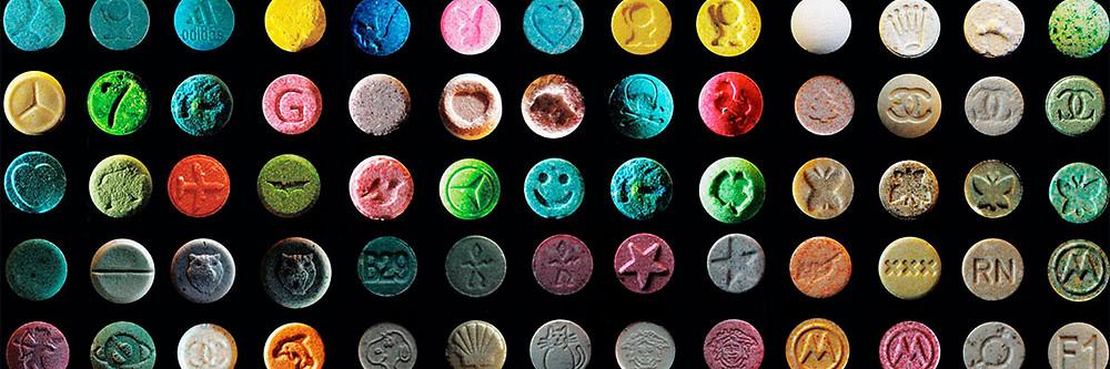Diversos comprimidos de MDMA coloridos.
