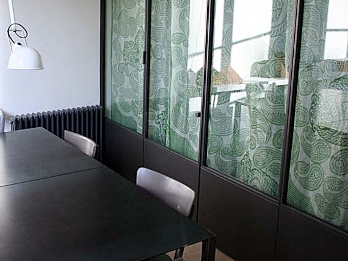 fenêtre atelier table acier industrielle