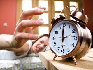 ¿Por qué no es bueno posponer la alarma del despertador?