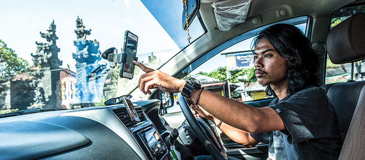 Traditional Bali taxi drivers' aggressive war on ride-sharing apps
