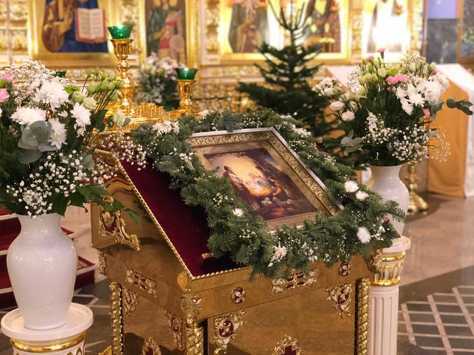 Сердечно поздравляем Вас с праздником светлого Христова Рождества!