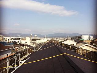 ながーい屋根。マンションの外壁と屋根の改修工事