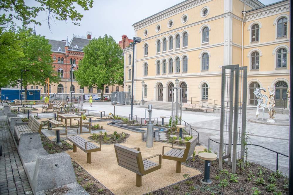Teaterplan i centrala Örebro har förvandlats till en inbjudande, trygg plats för möten, lek och vila.
