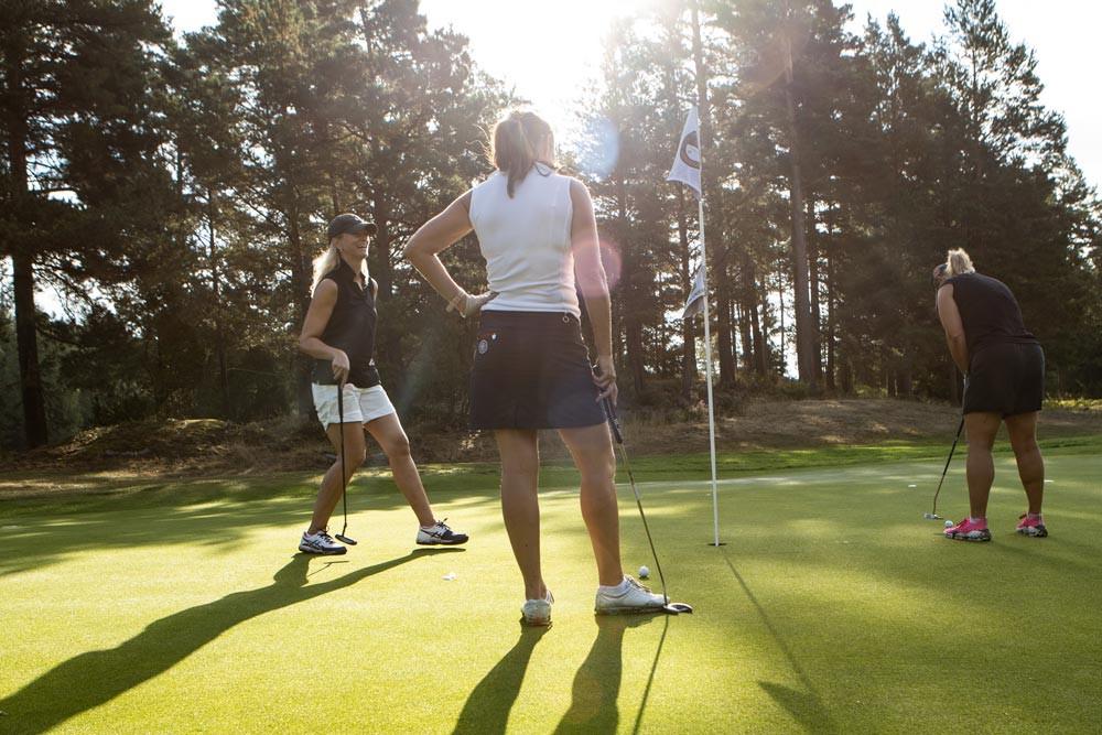 Den sociala aspekten av golfspelande bidrar ytterligare till sportens positiva hälsoeffekter.