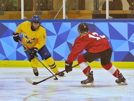 Kvinnliga ishockeystjärnor coachar unga att stanna i sporten