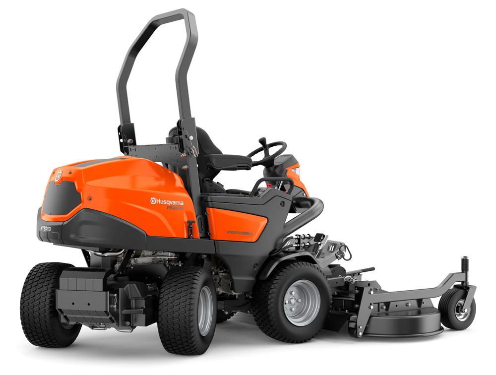 Husqvarnas nya hybriddrivna åkgräsklippare P 535HX är en kraftfull maskin för stora ytor.