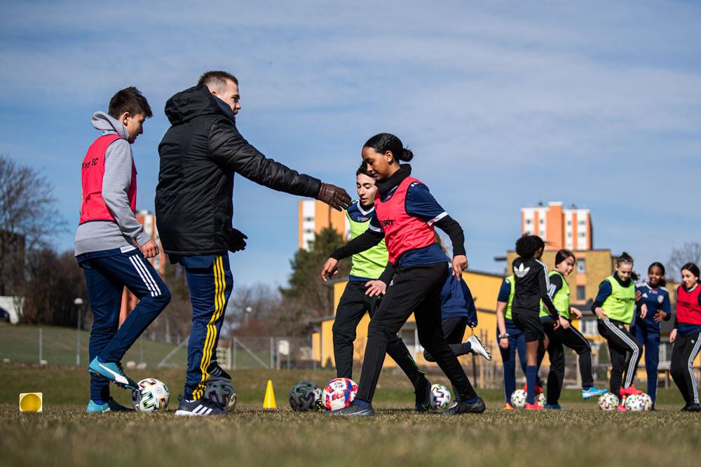 """""""Ett steg framåt"""" är ett integrations- och värdegrundsprojekt som Svenska Fotbollförbundet driver i skolor."""