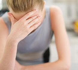 Femme se tenant la tête céphalée, spécialité traitement migraines