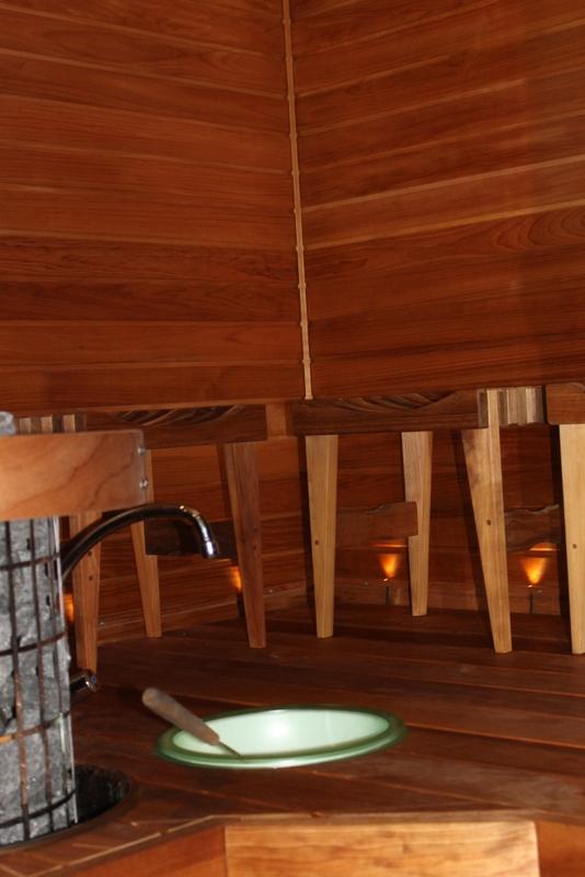Talon saunassa istutaan jakkaroilla.