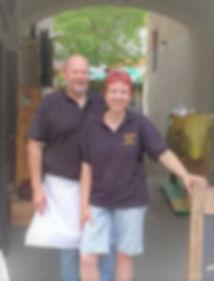 Horst und Claudia unter Tor.jpg