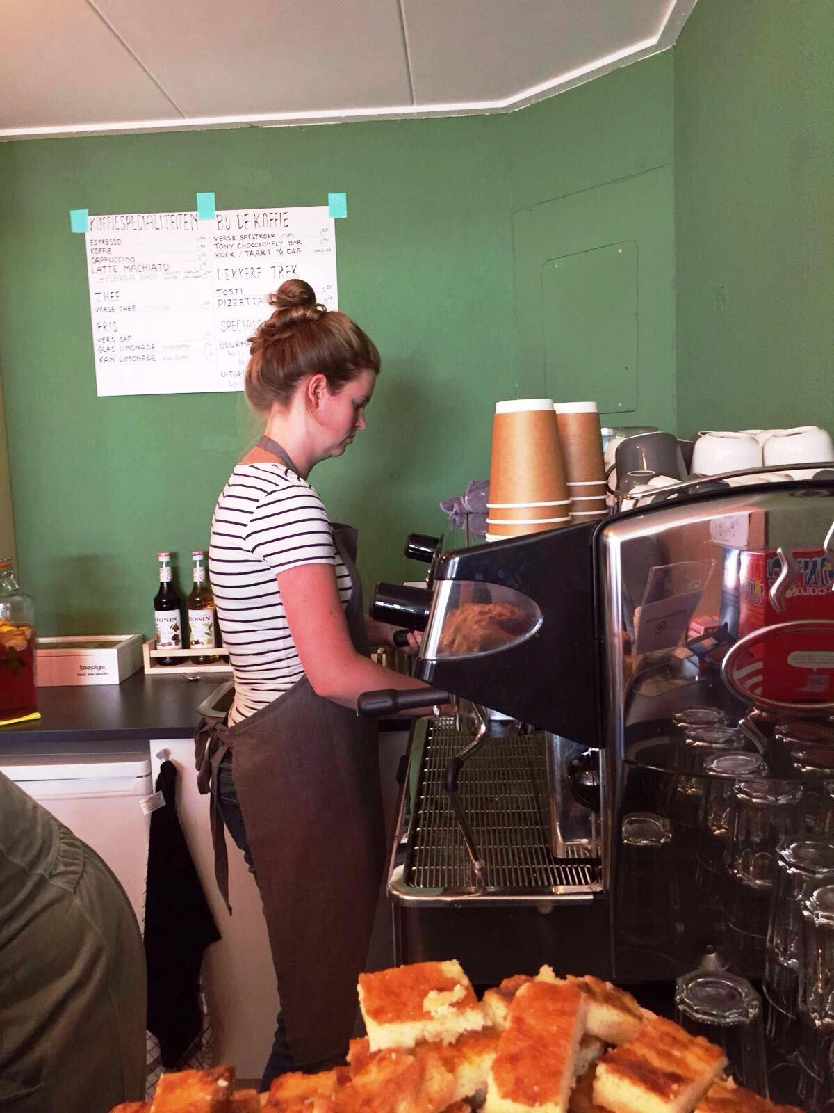 Tanja maakt cappuccino's