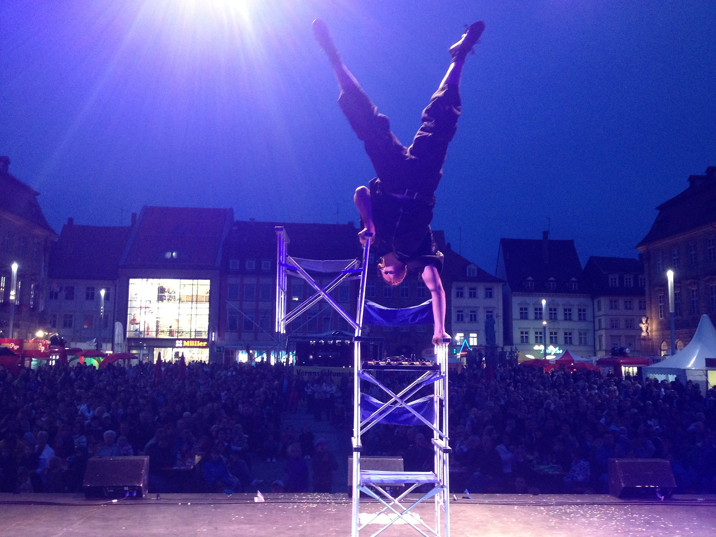 Ross Vegas performing his handstand ontop of three chairs at the Zaubert Festival in Bamberg, Germany