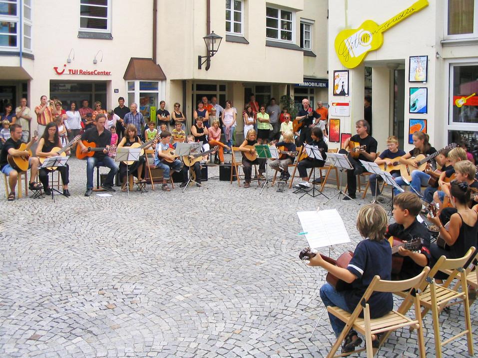 Schülerkonzert vor dem»Deggendorfer Gitarrenstudio« 2006