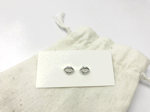 Kiss me ear stud (#A1095E)