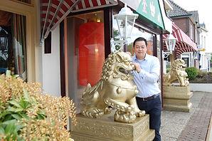 Wei Chen + leeuw .JPG