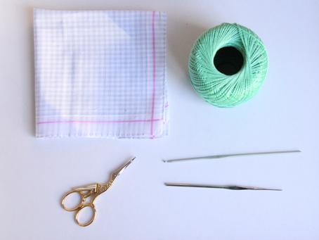 Een zakdoek met een gehaakt randje