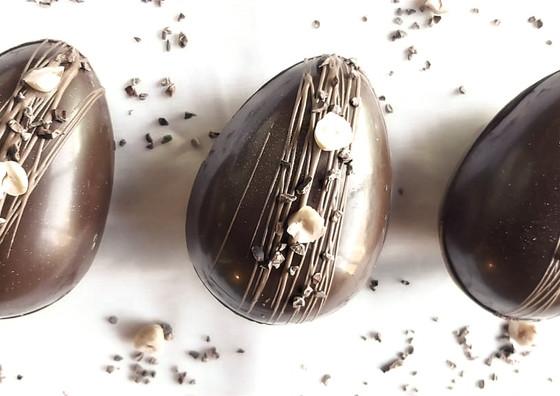 Huevos de chocolate semiamargo 59% cacao relleno de crema de avellanas