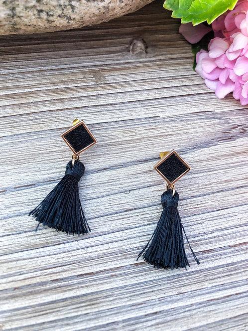 Boucles d'oreilles pendantes avec pompon noires - SIMONE