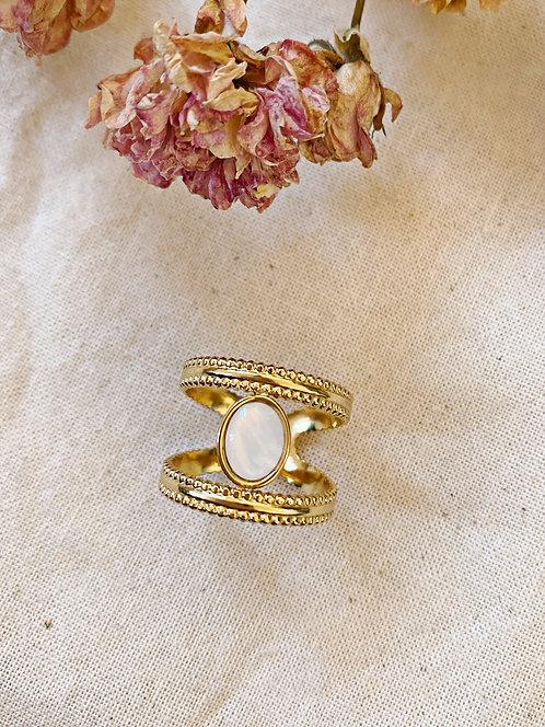 Bague dorée et nacre blanc