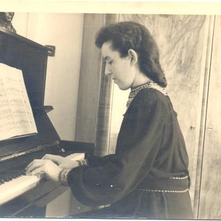 Shula Dubno age 16