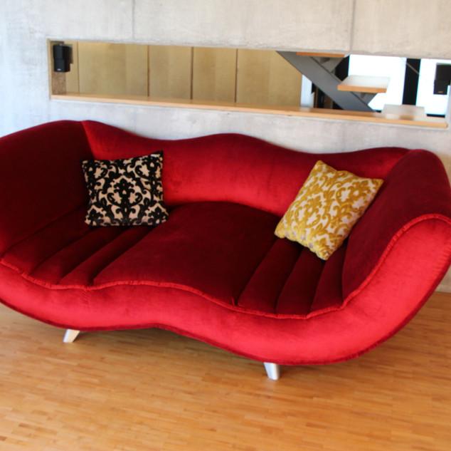 Sofa in rotem Velourstoff bezogen