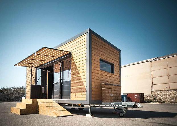 Tiny house aménagée en atelier de menuiserie mobile.