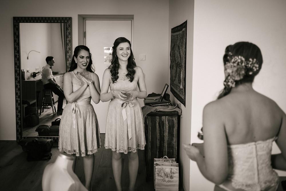 Brautjungefern Kleid, Hochzeitsfotograf Niederösterreich, Krems, St. Pölten, Tulln, Klosterneuburg Hochzeitsfotografie, schwarz weiß, authentisch, ungestellt, Hollabrunn