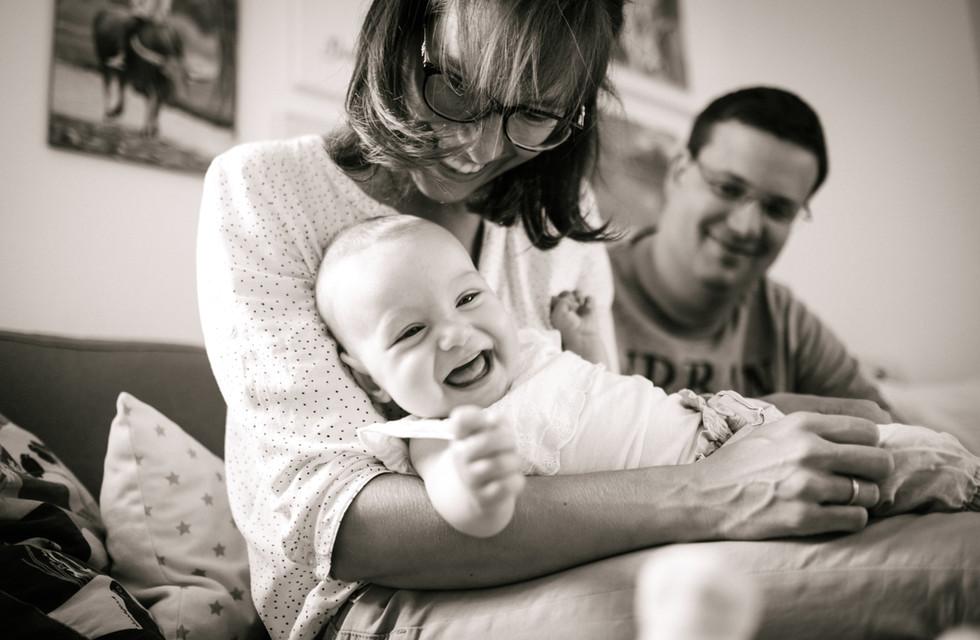 authentische Babyfotos in Wien, schwarz weiß Familienfotos
