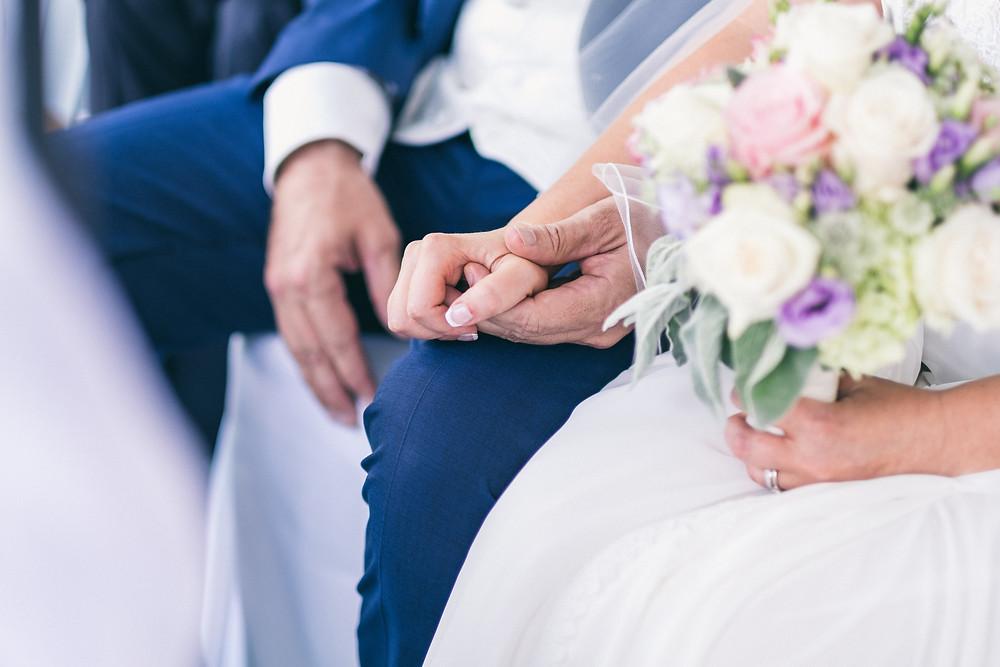Brautpaar, romantische Hochzeitsfotos Mödling, Hochzeitsfotograf Wien, Niederösterreich, Klosterneuburg Hochzeit, Fotograf Tulln, Hollabrunn, Tipps Hochzeitsfotograf finden, Brautstrauß
