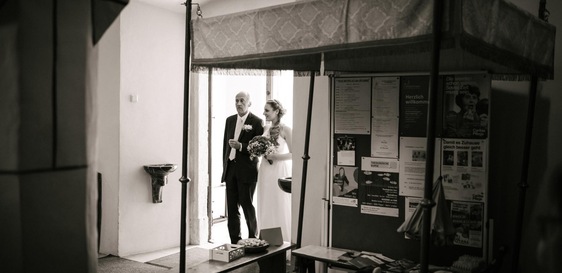 Braut mit Brautvater, romantische Hochzeit, Hochzeitsfotograf Niederösterreich, Krems, St. Pölten, Klosterneuburg, schwarz weiß