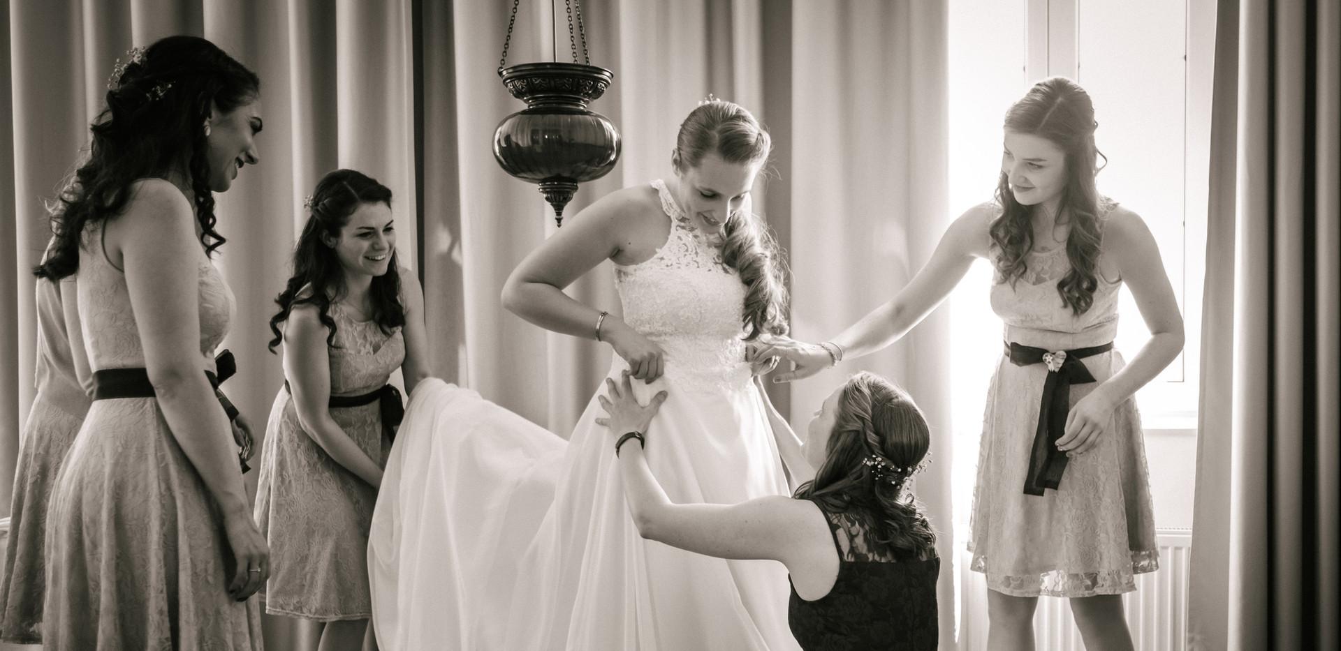 Getting Ready, perfekter Hochzeitstag, Hochzeitsfotograf Hollabrunn, schwarz weiß Hochzeitsfotos Niederösterreich