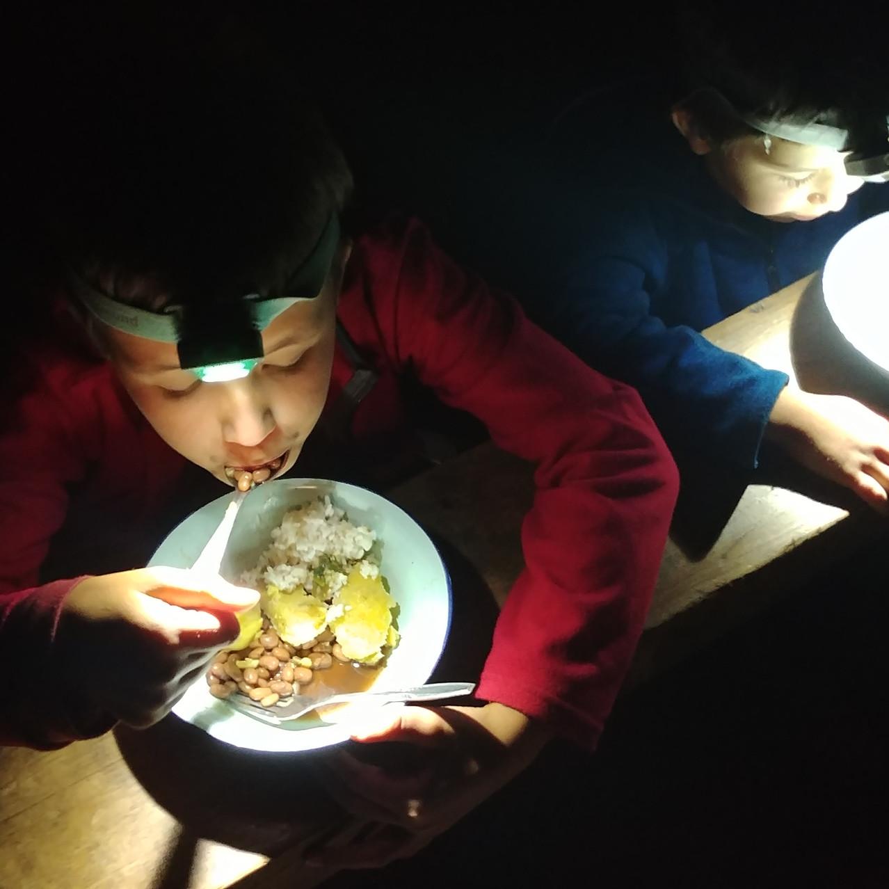 Repas à la lampe frontale